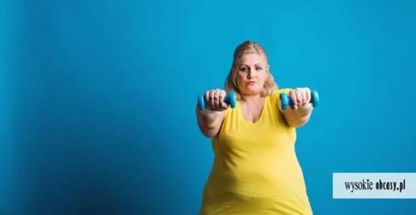 Kobieta z otyłością ćwicząca firness, w żółtym t-shircie i logo Wysokie obcasy
